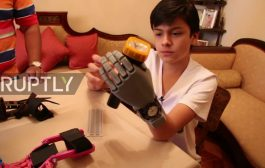 Bolivia: 14yo without hand 3D-prints his own prosthesis - for les...